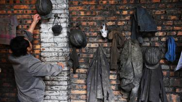 En arbejder pakker for sidste gang sine ting sammen i Chang-yuan-kulminen ved Chengdu. Alle minerne i Sichuan-provinsens hovedstad er blevet beordret lukket som led i Kinas' ambitiøse planer om at nedskære sit CO2-udslip.