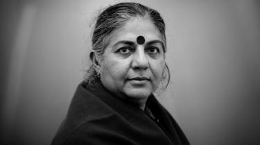 Vandana Shiva ser faktisk tilbage på årtiet, der gik med glæde. Det var nemlig primært defineret af, at folket indså, at magten ligger bedst i egne hænder. I udviklingens og fremskridtets navn har vi lært at være afhængige. Den afhængighed er vi ved at bryde, lyder det optimistiske budskab fra den indiske aktivist