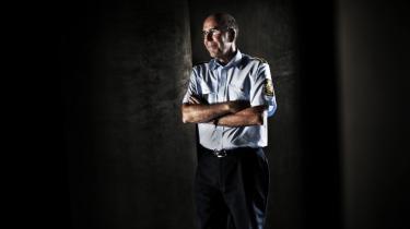 Parodi. Den pæne chefpolitiinspektør Per Larsen mener, at aktivisterne fra Greenpeace skal straffes, fordi de afslørede, at selvmordsterrorister kunne have spadseret lige gennem politiets sikkerhedskontrol ved den fine middag på slottet.
