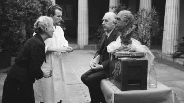 Portræt. Professor emeritus David Favrholdt forsøger i en ny bog at tegne et portræt af Niels Bohr som filosof. Billedet her er fra det tidlige forår 1955, hvor Niels Bohr tålmodigt sad model for en billedhugger. Her er Margrethe Bohr tilkaldt for at bedømme ligheden mellem portrætbusten og originalen.
