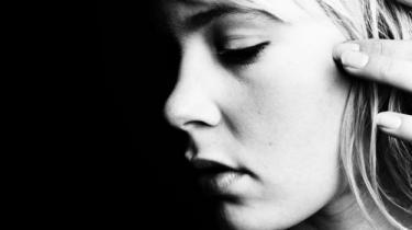 Josefine Klougart debuterer overbevisende som en kvindelig pendent til Hans Otto Jørgensen, men med et billedsprog så mættet og fortættet, at man må stave sig igennem