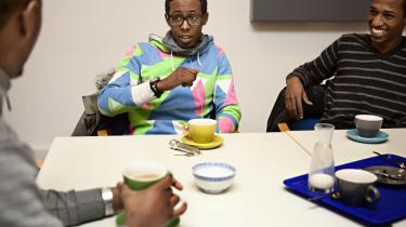 Ovenpå attentatforsøget. 'Det er på en måde godt, at somalierne er kommet frem i lyset, selv om det er på en meget sørgelig baggrund. Jo flere stemmer, der kommer i debatten, des mere nuanceret bliver billedet. Og jo sværere bliver det også at generalisere. Debat er godt, kom med den,' siger Hasan Ibrahim (midten), der er bestyrelsesmedlem i foreningen SUUN, der arbejder med somaliske unge. To af de andre medlemmer er Abdirashid Artan (t.h.) og Mohamed Omar (t.v.).