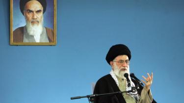 Uenigheden mellem det iranske regime med ayatollah Ali Khamenei i spidsen og oppositionsbevægelsen er i virkeligheden ikke så slem, og bevægelsens topledere, Mir-Hussein Mousavi og Mehdi Kourabi, er stadig i Teheran og ikke arresteret, lader regeringen vide via deres danske ambassadør. Meddelsomheden er mindre omfattende, når det kommer til den iranske ambassadør i Norge, som agiveligt er hoppet af.