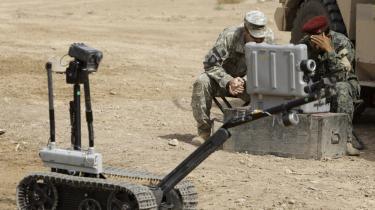 En irakisk soldat tester en robot i forbindelse med en øvelse på en amerikansk militærbase tæt på Bagdad. USA er førende inden for brugen af krigsrobotter.