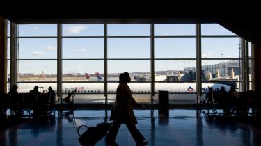Det slovakiske politi havde placeret sprængstof i en kuffert hos en tilfældig passager for at tjekke sikkerheden i Bratislavas lufthavn. Men nu meddeler det slovakiske indenrigs-ministerium, at det indstiller proceduren.