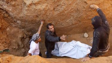 Tre palæstinensere døde, da israelske fly bombede smuglertunnellerne mellem Gaza og Egypten natten til i går.