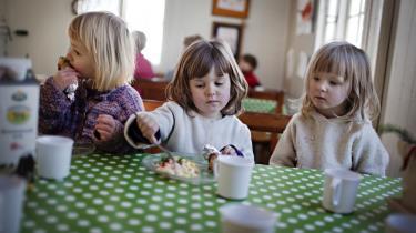 Risene bliver skilt fra rejerne, bønnesalaten med melon og timian står urørt hen, og kun få gnaver i de honningmarinerede kyllingelår, da frokosten serveres i Børnehaven Kongerosen i København.