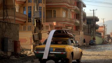 Udenlandske kontraktarbejdere bliver som regel indkvarteret i de såkaldte valmue paladser i Kabuls mondæne Sherpur-kvarter. Det tvivlsomme kælenavn henviser til, at de farvestrålende kæmpevillaer med søjler og tonede vinduer er opført af narkobaroner, krigsherrer og embedsmænd med henblik på at hvidvaske penge.