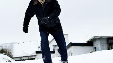 Kontroversen begyndte i forbindelse med 72-årige Helmut Nyborgs doktordisputats om, hvordan mennesker oplever retninger i rum. Her var en klar forskel på kvinder og mænds evne til at angive retning i rummet i et mørkt rum, der hælder til en side. Mændene klarede opgaven bedst, og så regnede ulykkerne ned over ham. Her  på glat is ved hjemmet i Hørning ved Århus.