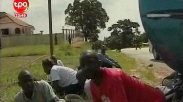 Tv-billeder fra viser de skræmte landsholdsspillere fra Togo, lige efter deres bus blev angrebet af oprørere, der dræbte tre og sårede ni. Det skete just, efter de havde krydset grænsen til Angola, der er vært for Afrika mesterskaberne i fodbold.