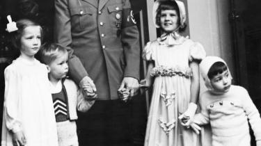Hitler fejrer 50-års fødselsdag sammen med fire af sine ministres børn. Den amerikanske filminstruktør Oliver Stone forsøger i en ny tv-serie at nuancere billedet af den nazistiske diktator.