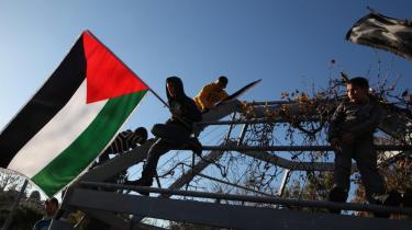 Hvem har ret til Palæstina? Spørgsmålet er til heftig diskussion - i dag af Morten Thing, se nedenfor. På billedet ses palæstinensiske unge med deres flag i en demonstration tidligere på måneden mod de israelske bosættelser.