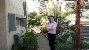 At bo netop her indgår i planen for jødisk liv og jødisk tro. Bliver vi fjernet, flytter problemerne til Jerusalem og Tel Aviv, så på den måde er vi soldater - vi hjælper alle jøder ved at blive boende her, forklarer Elisheva Poodiack til Information.
