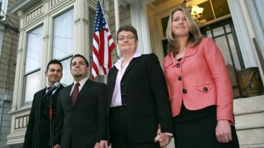 De to bøsser Paul Katami (tv), Jeff Zarillo (nr to fra v.), og det lesbiske par, Kris Perryog hendes kæreste Sandy Stier, lige inden de indledte retssagen mod delstaten Califonien i San Francisco mandag.