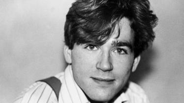 Strunge. Digteren Michael Strunge (født den 19. juni 1958) udgav 11 digtsamlinger. Han begik selvmord den 9. marts 1986. Det sidste han sagde til sin kæreste, Cecilie Brask, var 'nu kan jeg flyve' før han hoppede ud af vinduet fra 4. sal i et manisk øjeblik. Hans død beskrives som 'punkkulturens' endeligt.