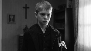 Titlen på Michael Hanekes film henviser til et hvidt armbånd, der ifølge filmens lokale pastor symboliserer uskylden, og som pastoren befaler sine børn at bære, når de ikke lever op til hans strikse forestillinger om, hvordan man bør opføre sig.