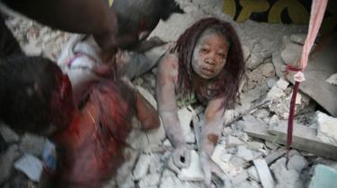 En haitiansk kvinde, hvis underkrop er begravet i mur- og betonbrokker, er ved at blive gravet fri af tililende i hovedstaden Port-au-Prince. Haiti blev tirsdag aften ramt af et voldsomt jordskælv, der blev målt til over 7,0 på Richter-skalaen. Den styrke er så voldsom, at selv de solideste bygninger ikke går ram forbi. Bl.a. er præsidentpaladset, hospitaler og flere store kirker styrtet sammen. Østaten er i forvejen et af de fattigste lande på den nordlige halvkugle