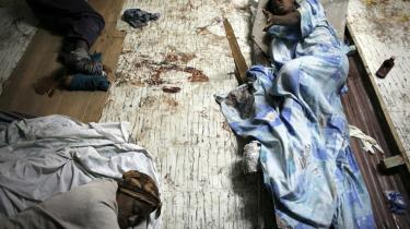 Ofre for jordskælvet i Haiti tirsdag venter på at blive behandlet på St. Esprit Hospitalet i det centrale Port-au-Prince. Røde Kors vurderede i går, at op imod 50.000 er omkommet i Haiti.