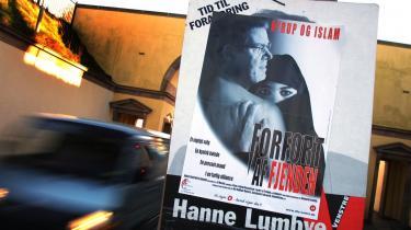 Konfrontationen. En plakat fra valgkampen i 2001. Den udfordrede statsminister Nyrup gengivet, som et viljeløst offer for en islamistisk forførelse, der truer Danmarks eksistens.