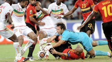 Åbningskampen. Angola førte helt frem til 10 minutter før tid 4-0 mod Malis stjernehold anført af Barcelonas sublime Seydou Keita. Alligevel  kom Mali tilbage og udlignede til 4-4.