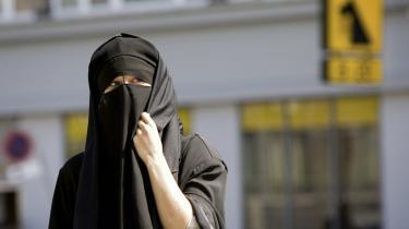 Det er undertrykkende at tvinge en kvinde til at tage det af, som hun bærer - om det er tørklæde, burka eller bare bukser, skriver 15-årige Sara El-Adawi. Model