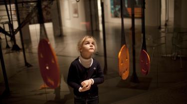 Agnete fra børnehaven SVÅ kigger på kunst på ARoS i Århus.