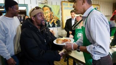 Barack Obama serverer mad for fattige amerikanere i Washington DC på den nationale mindedag for Martin Luther King. Måske fordi nye meningsmålinger viser, at kun 41 procent  af amerikanerne mener, Obama har fremmet racerelationerne - mod 58 procent for et år siden. Faldet er størst blandt de afroamerikanske vælgere.