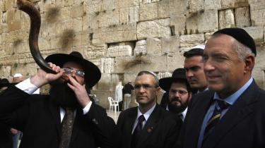 De første immigranter til Israel mødte et land, hvor der var malaria, sumpe og semi-ørkner, skriver Kjærhus. På billedet ses en ultra-ortodoks jøde, der spiller på shofar.