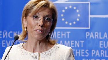 Bulgariens hidtidige kandidat til posten som EU-kommissær for nødhjælp, Rumiana Jeleva, også kendt som 'gangsterbruden', trak sig tirsdag, efter hun havde været under beskydning for sin mands påståede forbindelser til den russiske mafia.