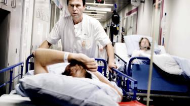 Patienterne på Hvidovre Hospital skal vænne sig til længere ventetider og at personalet har mindre tid. Det bliver konsekvensen af, at hospitalet skal nedlægge 225 stillinger på grund af besparelser på 107 millioner kroner, fastslår sygehusets ledelse.