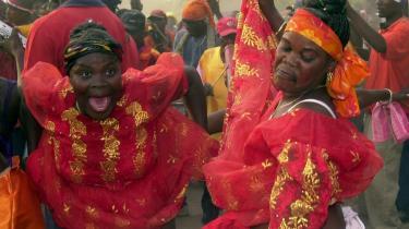 Vodoo fastholder haitianerne i evig frygt. Åndeverdenens indbildte nærhed kujonerer dem til apati. På billedet ses en haitiansk kvinde danse ved den årlige voodoo-ceremoni i april.
