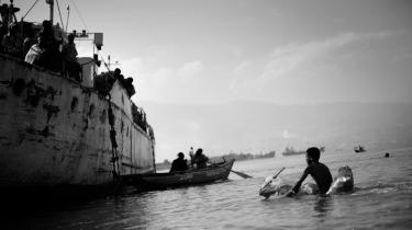 De overlevende fra jordskælvet i Haiti tager flugten både til lands og til vands. Færger kaster anker nær Port-au-Prince og tager alle, der kan ro ud til færgen, med til andre dele af landet.
