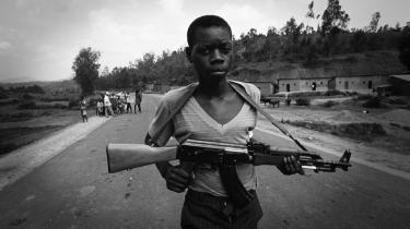 Rwanda 1994. I denne uge udkom den så kaldte Mutsinzi-rapport, der slog fast, at det var præsidentens egne hutumilitser, der skød det fly ned, som han sad i. Dermed var det hutuerne selv, der udløste folkemordet mod Rwandas tutsibefolkning i 1994, hvor en million uskyldige mennesker blev dræbt i løbet af ganske få uger. Rapporten kaster desuden lys over Frankrigs rolle i det krigshærgede land: Præsident Mitterand var villig til at gå endog meget langt i sin støtte til huturegeringen for at undgå, at tutsierne - og dermed briterne - ville få overherredømme i Rwanda.