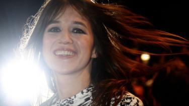 Skuespilleren, sangeren, stjernen Charlotte Gainsbourg har forenet kræfter med Beck på hendes nye strålende, sensuelt nostalgiske album, der give en lyst til at glide ad parisiske boulevarer i en dekonstrueret og ny-pimpet Citroën med pivåben kaleche