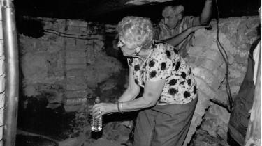 Clara Kramer fornyligt på besøg i den kælder, hvor hun for 70 år levede i skjul for nazisterne  i 20 måneder. Hun smuglede sine dagbøger ud, og dele af dem udkommer nu i en ny bog.