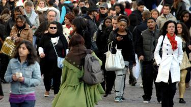Den franske minister for immigration, integration, nationalidenitet og solidarisk udvikling, Éric Besson, har indledt en debat om den franske nationalidentitet. Men debatten bliver beskyldt for at være et frirum for racistiske udtalelser, og organisationen SOS Racisme har udtalt, at debatten sår tvivl om, hvorvidt hele befolkningsgrupper opholder sig lovligt i landet. Ifølge Eric Besson skal debatten vare to og en halv måned og til sidst ende ud i et kollokvium om, hvad det vil sige at være fransk i dag.