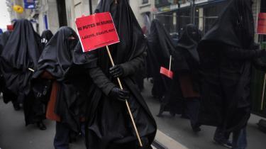 Demonstranter fra den feministiske organisation Ni Putes Ni Soumises (hverken ludere eller undertrykte) demonstrerer i Paris for et totalt forbud mod burkaer.