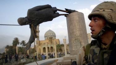 Amerikanske soldater river en statue ned af Saddam Hussein i Bagdad umiddelbart efter at de har indtaget byen. I dag mener folkeretsjurister, at det var ulovligt at invadere Irak.