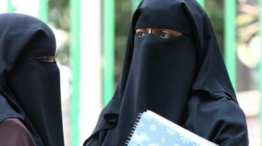 Regeringens burkaudvalg er kommet frem til, at brugen af niqab og burka godt kan begrænses med de nuværende regler.