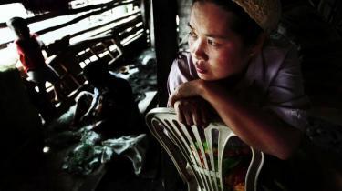 Kampen mellem muslimer og 'rigtige' filippinere: Landets sydligste og største øgruppe Mindanao er stadig genstand for intense kampe ført med både våben, penge, politik - og spørgsmålet om oprindelse. Kvinden på billedet og hendes familie er flygtet fra kampene og bor nu i en kælder i den lille landsby Maladeg.