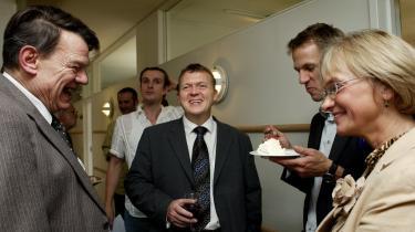 Statsminister Lars Løkke bruger ikke med overbevisning sin ytringsfrihed, men fremstår som uden medansvar for DF's udmeldinger. Nogen kunne finde på også at kalde en sådan adfærd kujonagtig. Her med Jesper Langballe (tv.) og Pia Kjærsgaard.