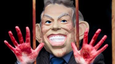 En demonstrant er klædt ud som Tony Blair i protest mod Storbrittaniens invadering af Irak i 2003. Den tidligere premierminister blev i går afhørt i seks timer af den britiske Irakhøring.