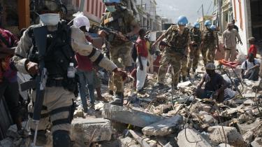 Indiske fredsbevarende FN-soldater er en del af den store styrke, der skal forhindre yderligere plyndring af Haitis hvoedstad Port-au-Prince. Bander gennemroder ruinerne og stjæler eller løber med nødhjælp, der skulle gavne kvinder, børn og kvæstede.