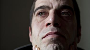 Elias Karkavandi er på tålt ophold i Danmark. Det betyder, at han tre gange om ugen skal melde sig på Sandholm lejren. Han er blevet smidt ud af Danmark, fordi han er blevet dømt og straffet med fængsel for at have modarbejdet politiets arbejde på Christiania. arkiv