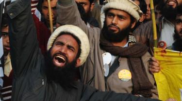 Islamkritikere skal gøre det klart, om de kritiserer islamisme eller muslimer, mener dagens kronikør. Her ses en af de udskældte islamistiske grupper, Jamaat-ud-Dawa, i en protest mod Muhamed-tegningerne i Lahore i januar.