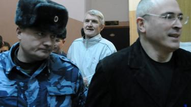 Khodorkovskij (t.h.), der engang var Ruslands rigeste mand, er kommet på tværs af systemet. Han bliver nu trukket gennem en så langtrukken og farceagtig retsforfølgelse, at befolkningen snart har glemt, at også Khodorkovskij var en oligark, der ragede til sig, mens andre sultede.