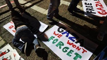 Israels top er usikker som aldrig før. Den kæmper for international legitimitet, men forsøger samtidigt at undgå de internationale regler og nægter, at Israels hær skulle have begået krigsforbrydelser i Gaza, skriver dagens kronikør. Her ses forberedelserne til en demonstration for at ophæve belejringen af Gaza i Tel Aviv i januar 2009.