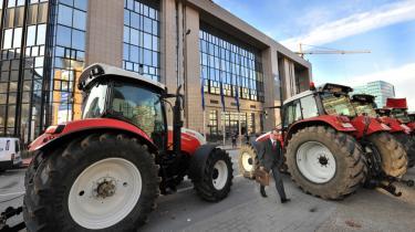 Landbruget beskæftiger i procent ikke mange i de enkelte EU-lande, men landmænd og erhvervet har alligevel stor betydning i de enkelte nationale økonomier, og derfor vægtes det i valgkampe. Landbrug har også stor betydning i mange landes selvforståelse. Bønderne demonstrerer ofte for flere støttepenge i Bruxelles som her til mælk.