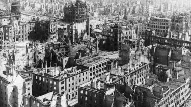 Paradoks. Romanen 'Tårnet' er et inventarium og langtfra noget entydigt og forudsigeligt opgør med en forhadt tid. Det vanskelige paradoks ligner det, der i romanen udtrykkes med en jødes ord om Dresdens ødelæggelse under Anden Verdenskrig: 'Jeg elskede min by, men ... Jeg overlevede, fordi den blev ødelagt.'