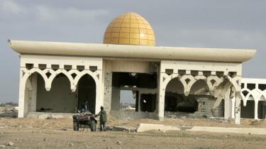 Israel angreb med kampfly flere steder i det sydlige Gaza langs grænsen til Egypten for at ødelægge smuglertunnelerne under grænsen, der bruges til at få mad, levende dyr, våben etc. ind i striben. De ramte også en forladt lufthavn, som ses her.